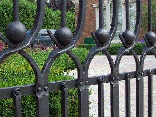 Détail d'un portail en fer forgé réalisé à Londres
