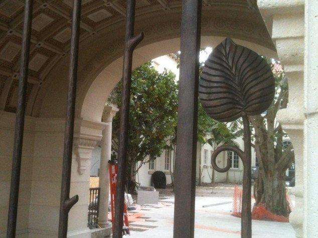 Détail feuille portail fer forgé et patine bronze