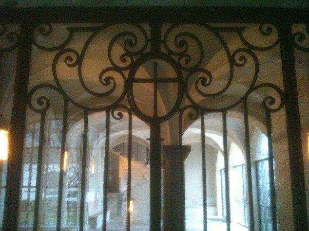 Détail de la réalisation d'un portail vitré en fer forgé et martelé